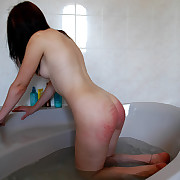 Naked and wet knockout impoverished on her big bottom at bathtime