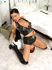A leather domina sat on slave