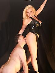 Latex mistress gets her ass worshipped