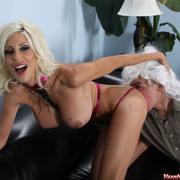 Blonde mistress likes pussy worship